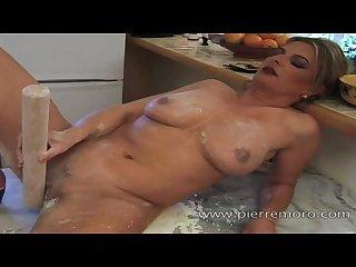 Lesbiennes matures franaises se masturbent dans la cuisine
