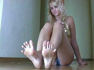 Eva s long toes 2