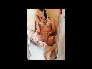 Ladymuffin si masturba in doccia E poi tommy a canaglia se la scopa
