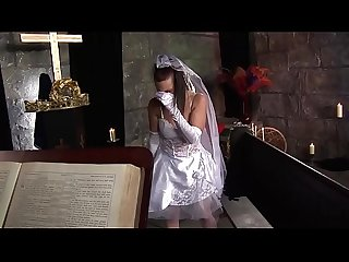 The bride abandoned on the altar consoles herself immediately