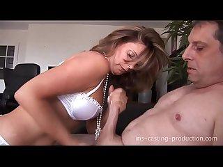 Amandine sue un vieux pervers et le fait jouir en moins de 5 minutes