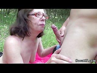 Alte oma mit haariger pussy wird von jungspund outdoor gefickt