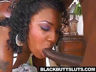Black slutt blowing dick