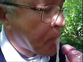 Ruco tragando semen de varios weyes