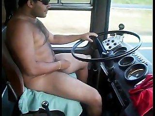 Motorista de nibus dirigindo pelado