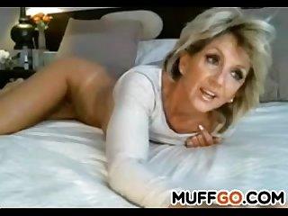 Stunning milf masturbates