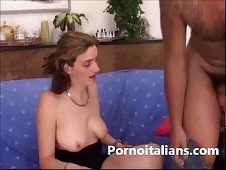 Moglie casalinga scopa sul divano Amatoriale italiano