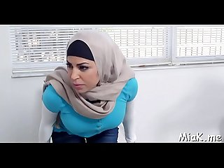 Arab chick shows cook jerking skills