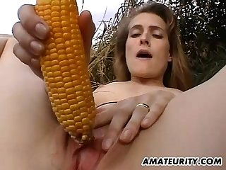 Amateur girlfriend toys her pussy with corn outdoor