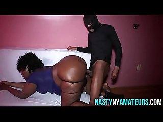 Donna di colore si fa sborrare nel suo grosso culone