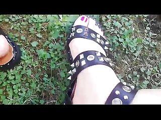 Spiami in giardino mentre gioco coi miei sandali molto fetish E ti metto i miei piedi sudati in facc