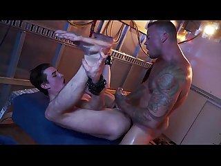 Musculoso tatuado fudendo o novinho