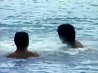 Amigos na praia naturista