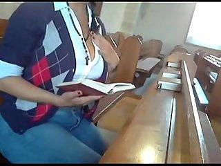 Se masturba en la iglesia