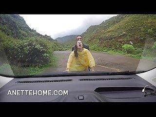 Exhibe et sexe sous la pluie sur ma cam voyeur en direct