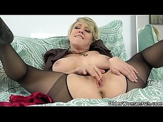 American milf Dee Williams admires her pussy in the mirror