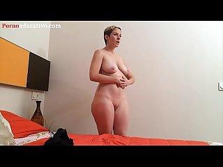 Una chica espera desnuda en una sala de espera
