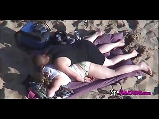 Voyeur films Hot amateur couple having sex at the beach on spyamateur com