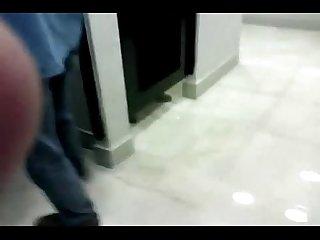 Chupando o coroa gay no banheiro da shopping