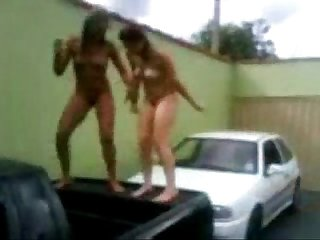 Safadinhas bebadas dancando com os peitos de fora em churrasco