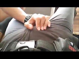 Policial tarado ficou todo excitado enquanto um jovem rapaz aperta seu pau www pornoamadores online