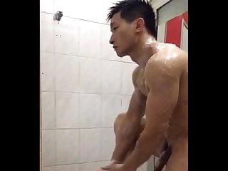 Japons gostoso tomando Banho na academia
