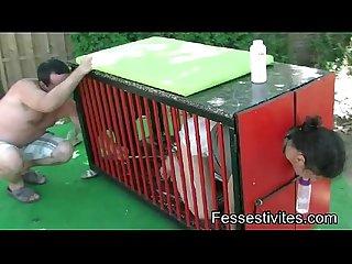 Oblig�e de faire pipi en couche dans la cage pilori
