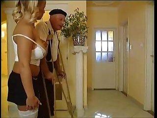 Ce vieil homme se fait sucer la bite period flv