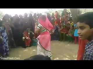 Bhabhiji Dancing On Bhojpuri Song In Gaon(videomasti.com)
