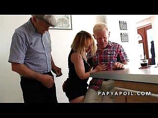 Papy se tape une bonne Mature avec un vieux pote et un jeune voyeur qui mate