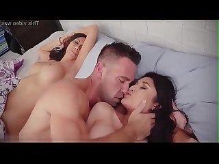 La belle fille se fait doigter et baiser aprs avoir suc la bite
