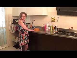 Vecchia zia troia italiana chiavata da giovane