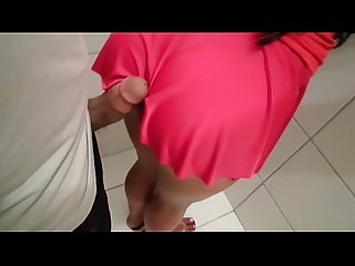 Abusando da gostosa de minissaia no banheiro